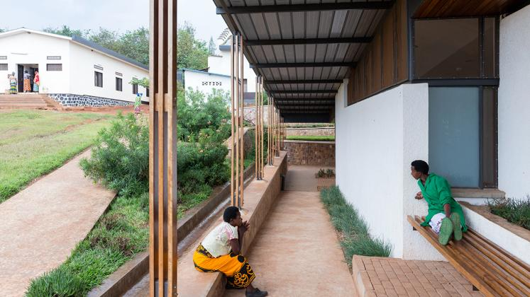 Rwinkwavu Neonatal Intensive Care Unit, Photo by Iwan Baan, Patients waiting in outdoor benches